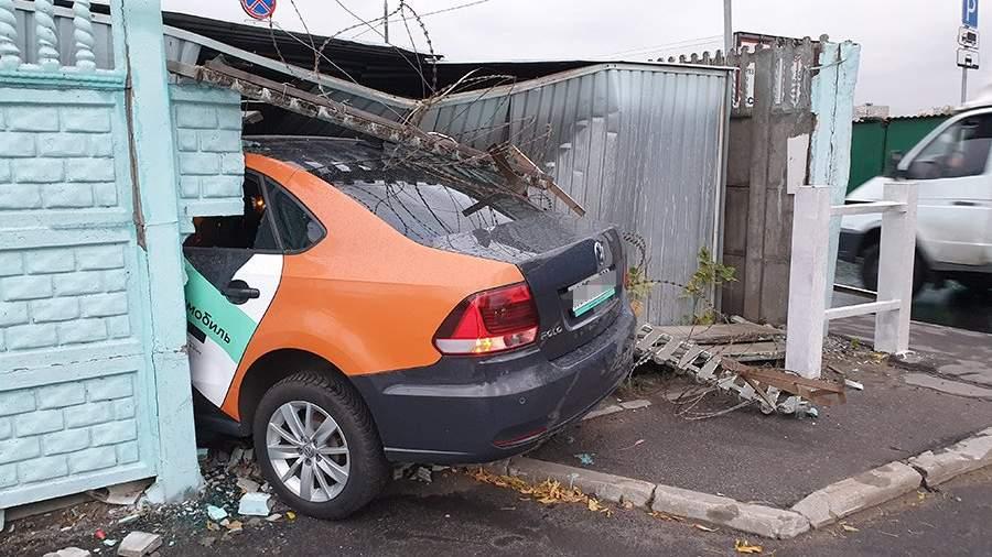 Последствия ДТП с участием автомобиля каршеринга на Дмитровском шоссе в Москве