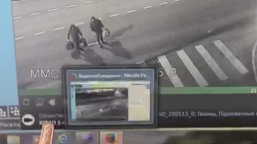 Злоумышленники с похищенными рулевыми колесами с каршеринговых автомобилей в Котельниках. Кадр с камеры видеонаблюдения