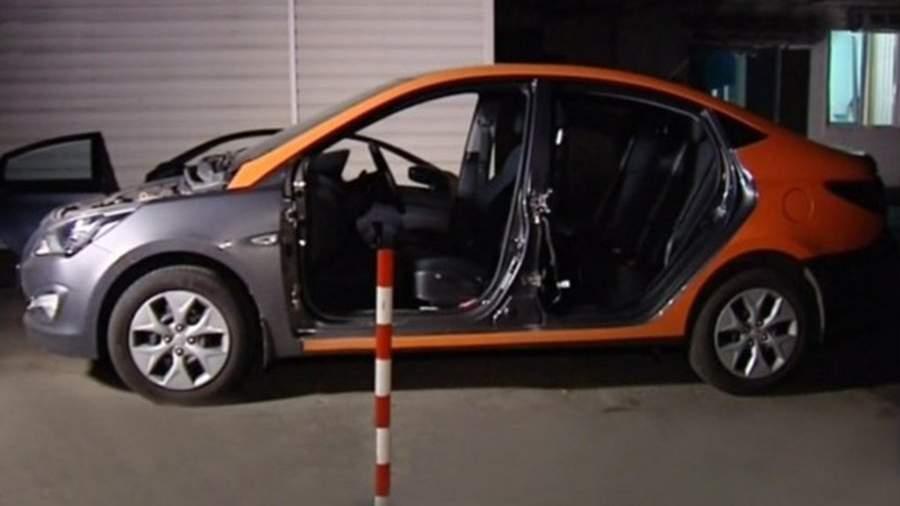 Полуразобранный автомобиль каршеринга в одном из подпольных автосервисов Москвы