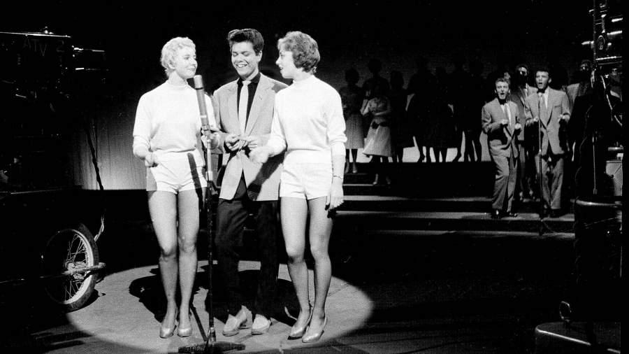 Клифф Ричард выступает на телевизионном шоу 1958 год