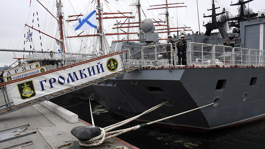 """Solemn meeting from a three-month long voyage in the Asia-Pacific region a detachment of warships """"Loud"""" and """"Perfect"""" at the military pier of the Pacific Fleet on Korabelnaya embankment in Vladivostok"""