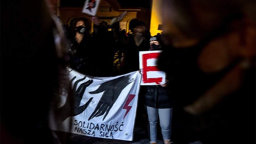 Протестующие держат плакат с надписью «Солидарность — наше оружие» во время демонстрациив Кракове, Польша, 24 ноября 2020 года