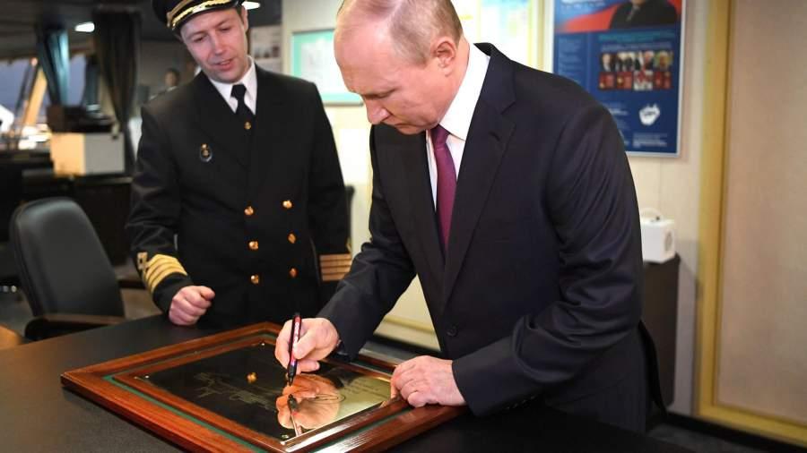 Президент РФ Владимир Путин во время посещения нового ледокола «Виктор Черномырдин» на территории пассажирского порта «Морской фасад» в Санкт-Петербурге