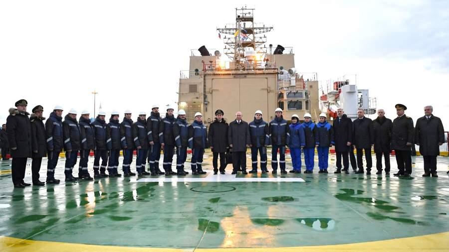 Президент РФ Владимир Путин фотографируется с командой нового ледокола «Виктор Черномырдин» на территории пассажирского порта «Морской фасад» в Санкт-Петербурге