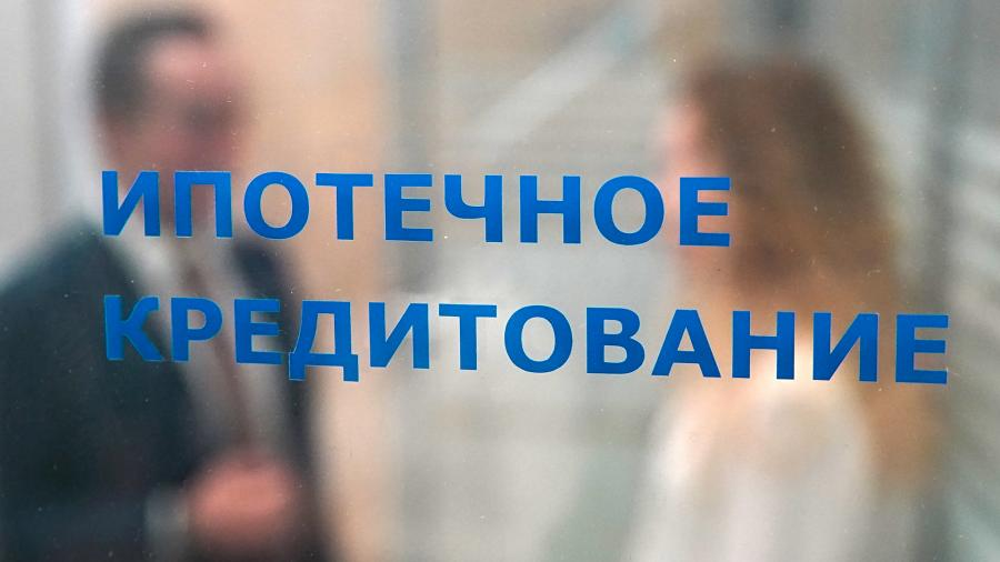 Надпись на двери «Ипотечное кредитование»