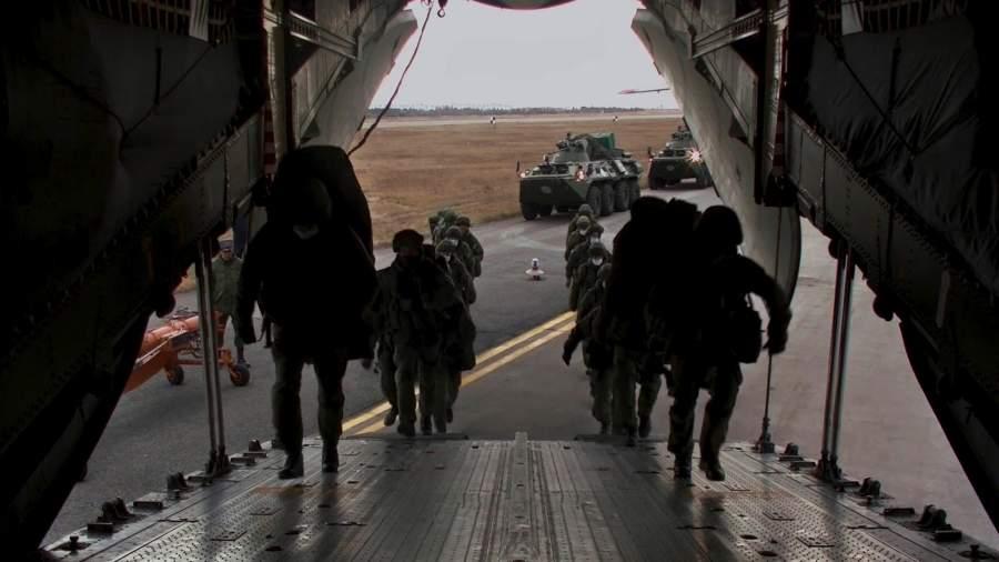 Погрузка военной техники и личного состава в тяжёлые военно-транспортные самолёты