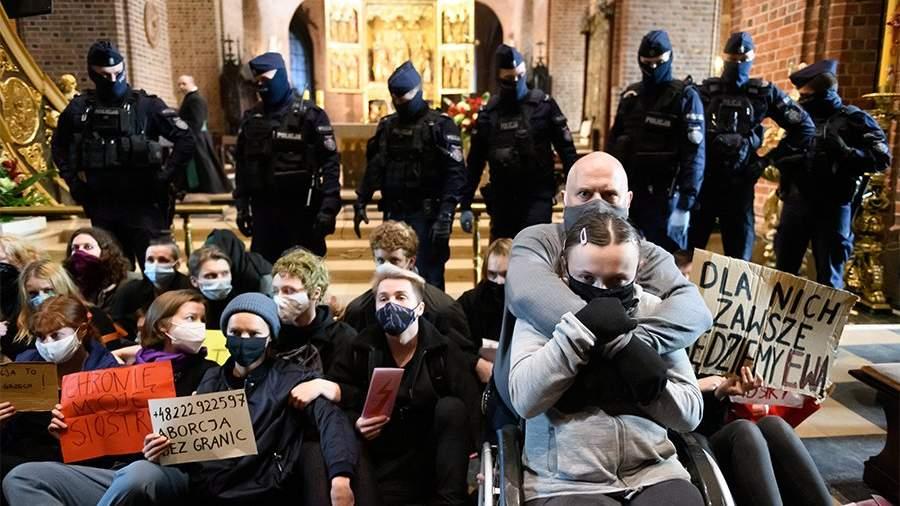 в акции протеста против ужесточения закона об абортах в Архикафедральной базилике Святых Петра и Павла в Познани, Польша, 25 октября 2020 года