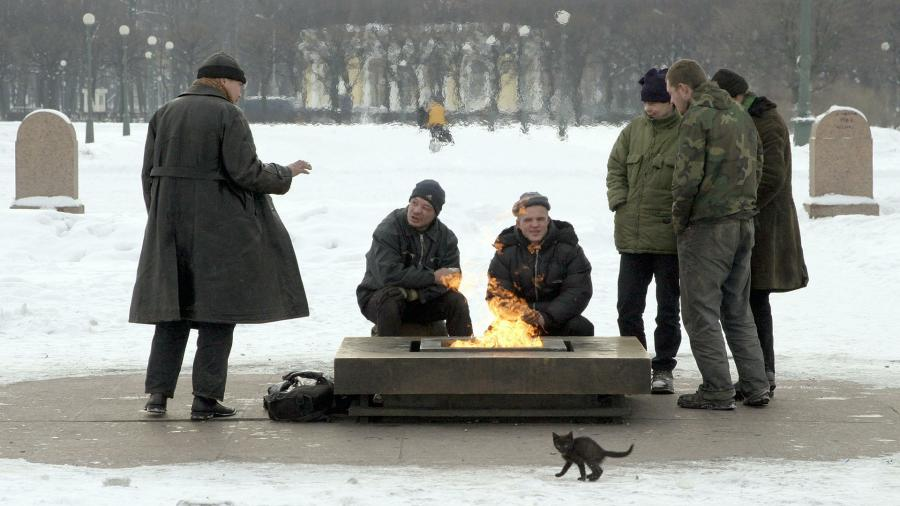 бездомные греются у вечного огня