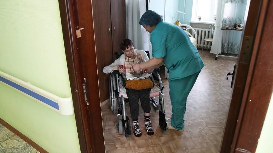 медсестра и пожилая женщина