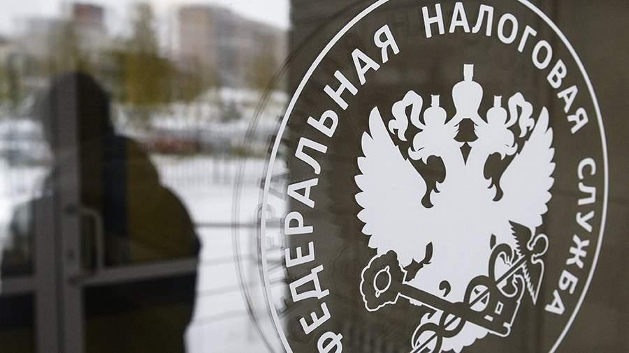 Герб на двери инспекции Федеральной налоговой службы РФ