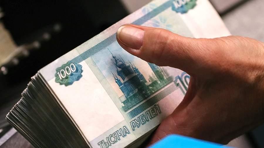 Банкноты номиналом 1000 рублей во время счетно-сортировальных работ