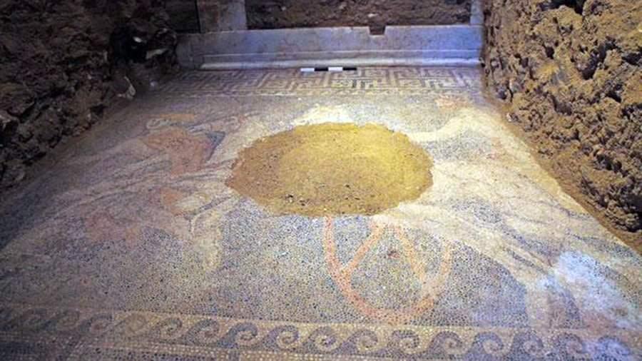 Мозаика на полу гробницы, найденнойна холме Каста возле древнего города Амфиполиса
