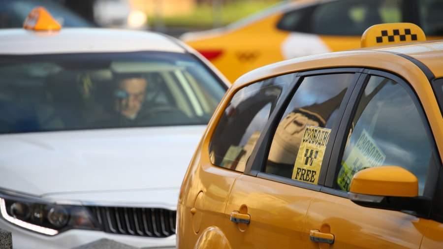 Водитель такси в машине