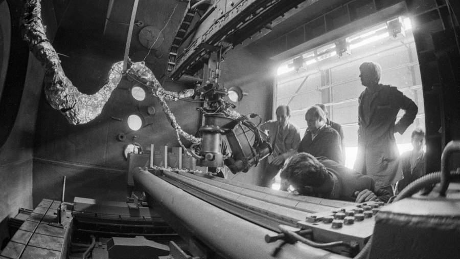 Сотрудники Института электросварки им. Е.О. Патона проводят предпусковую проверку комплекса электронно-лучевой сварки