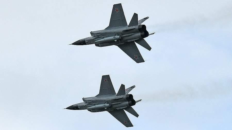 """Истребители МиГ-31 с гиперзвуковыми авиационными комплексами Х-47М """"Кинжал"""""""