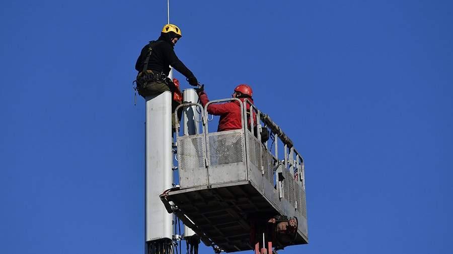 Рабочие монтируют базовую станцию сотовой связи