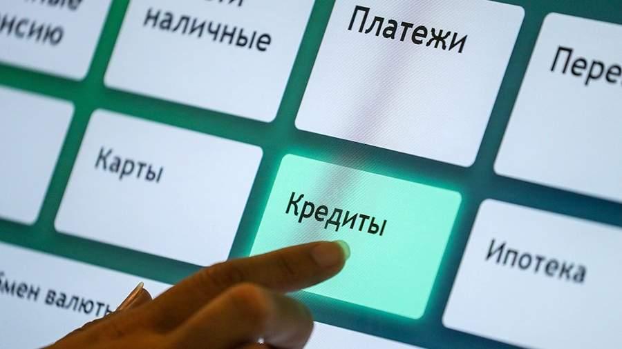 Женщина нажимает на кнопки банкомата