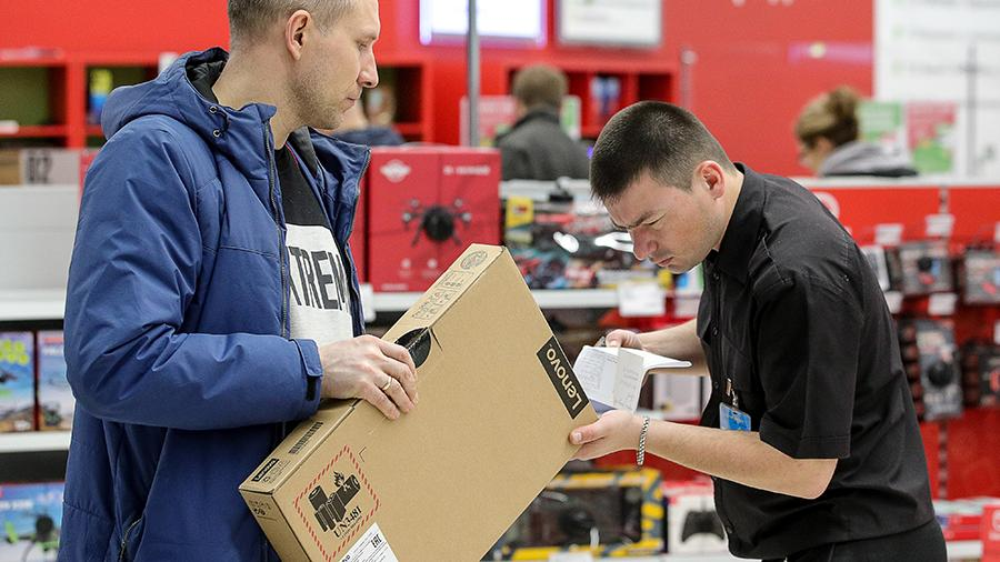 Мужчина покупает ноутбук