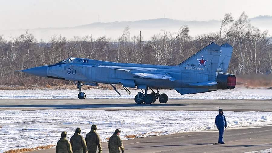 Истребитель-перехватчик МиГ-31БМ на военном аэродроме «Центральная Угловая» в Приморском крае