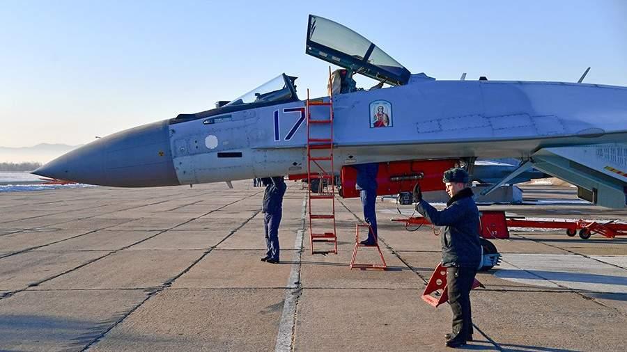 Cотрудники инженерно-авиационной службы ВКС России во время подготовки к полетам истребителя Су-35С на военном аэродроме «Центральная Угловая» в Приморском крае