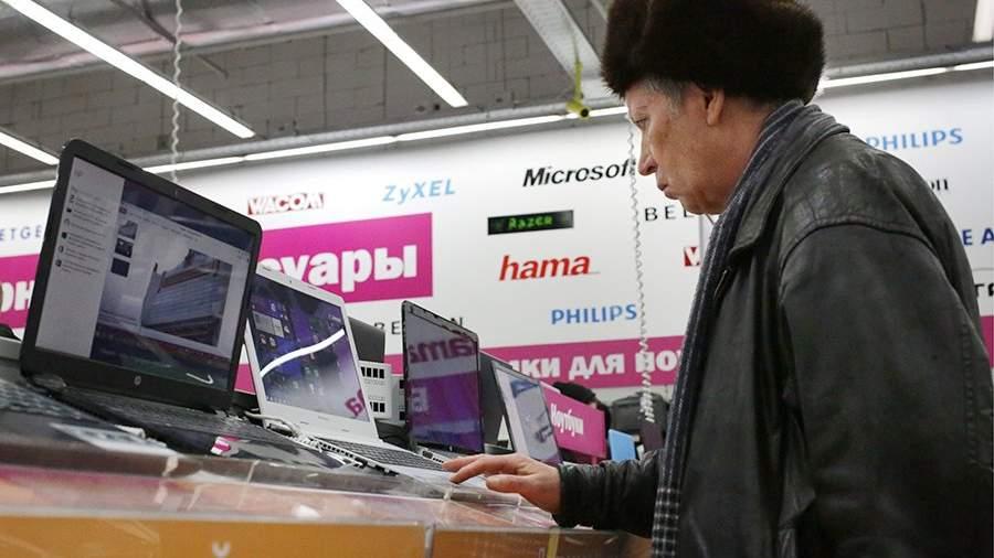 Мужчина выбирает ноутбук