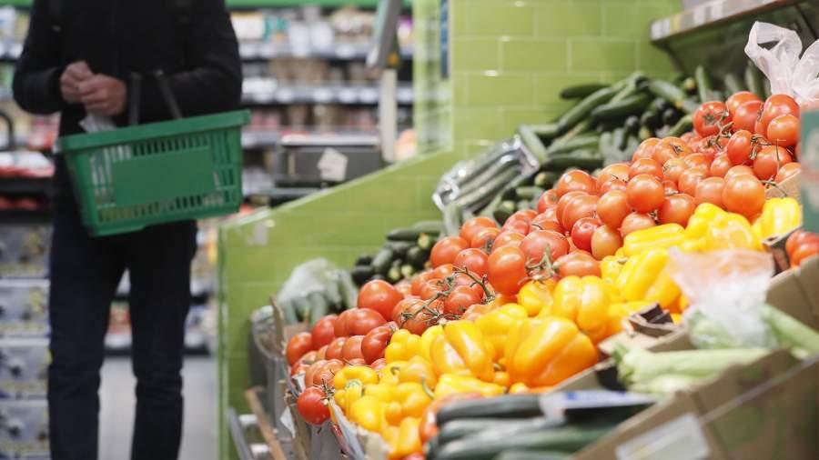 Прилавок с овощами в супермаркете