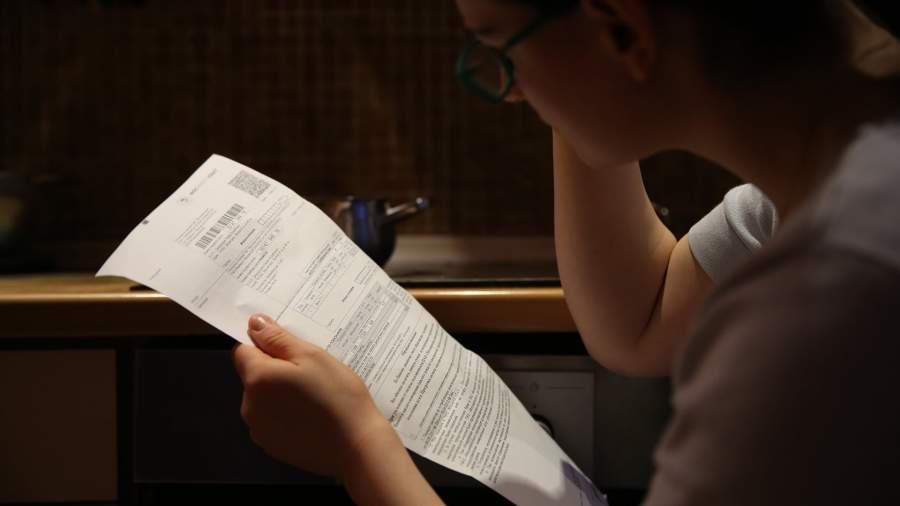 Девушка просматривает платежку ЖКХ