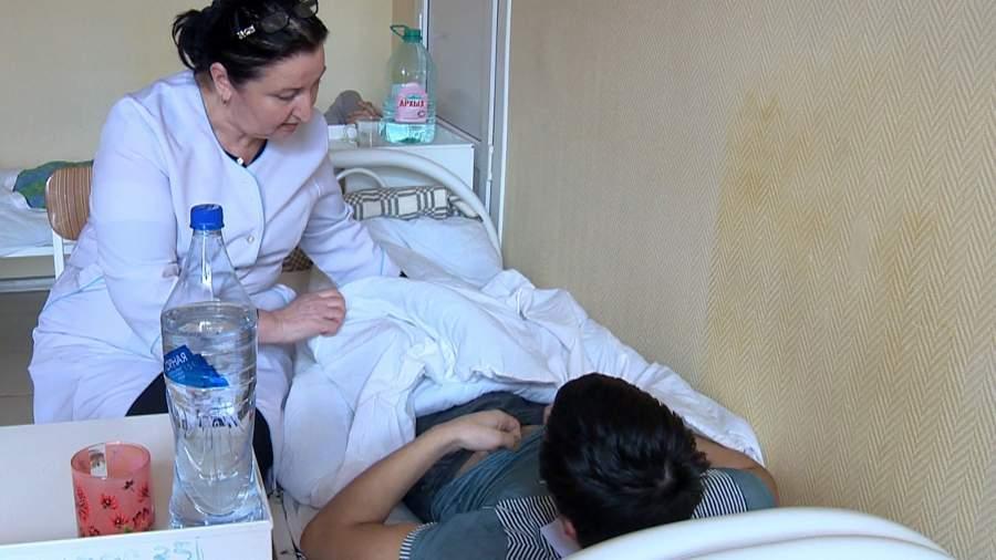Врач Республиканского центра инфекционных болезней осматривает пациента в Махачкале