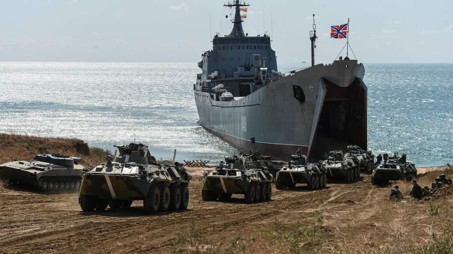 Большой десантный корабль «Орск» во время двухстороннего тактического учения соединений морской пехоты и береговой обороны
