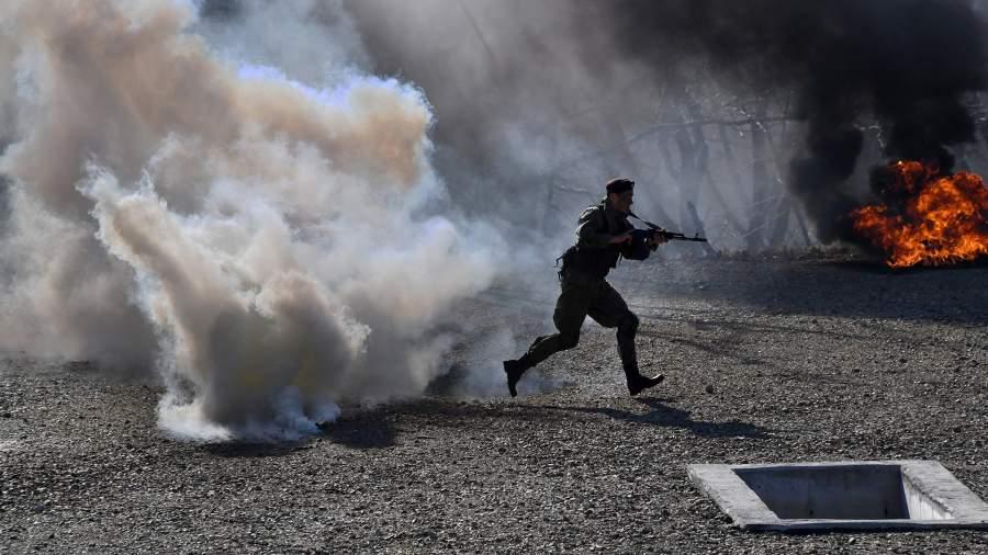 Показательные выступления морской пехоты во время прохождения полосы препятствий на береговом учебном полигоне во Владивостоке
