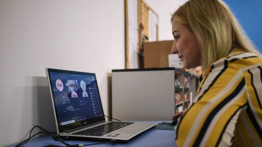 Учительница во время онлайн урока