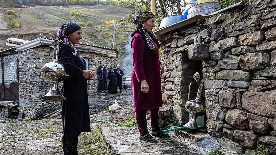 Местные жительницы у источника в селе Нижнее Гаквари Цумадинского района