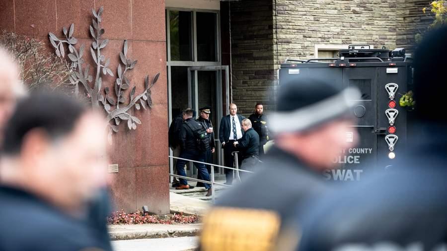 Полиция у здания синагоги «Древо жизни». Питтсбург, штат Пенсильвания