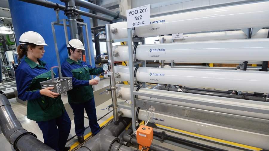 Сотрудницы следят за качеством подаваемой воды на энергоблоке