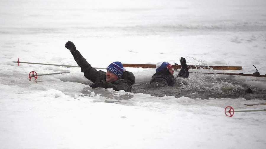 Условно пострадавшие во время отработки действий по ликвидации условных чрезвычайных ситуаций на водных объектах зимой