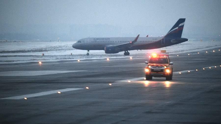 Самолет авиакомпании «Аэрофлот» на взлетной полосе