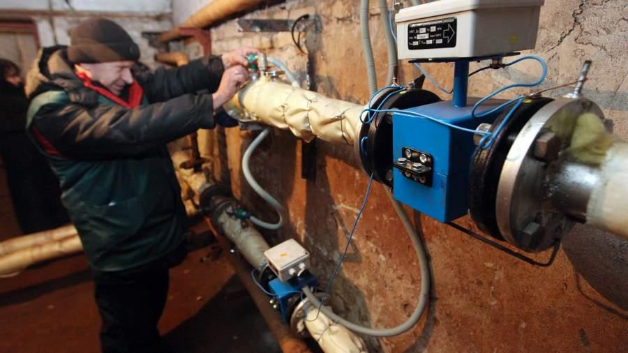 Сотрудник коммунальных служб проверяет систему отопления и горячего водоснабжения
