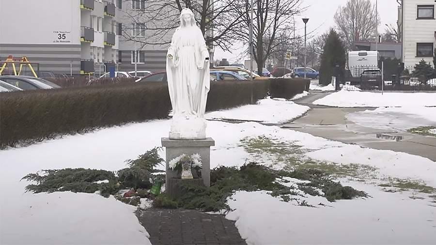 статуей Богородицы