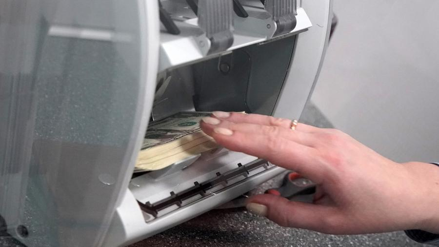 Утекай: россияне забирают валюту из банков