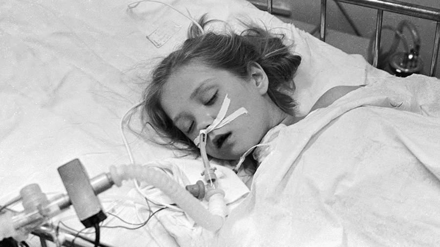 Пострадавшая от аварии на Чернобыльской АЭС девочка на больничной койке в детском хирургическом центре