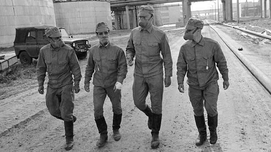 Члены подразделения, занимающегося дезактивацией территории Чернобыльской АЭС, направляются на объект