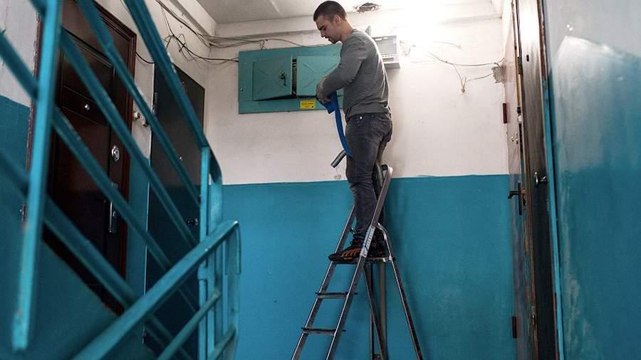 Рабочие регионального фонда капитального ремонта многоквартирных домов меняют электропроводку