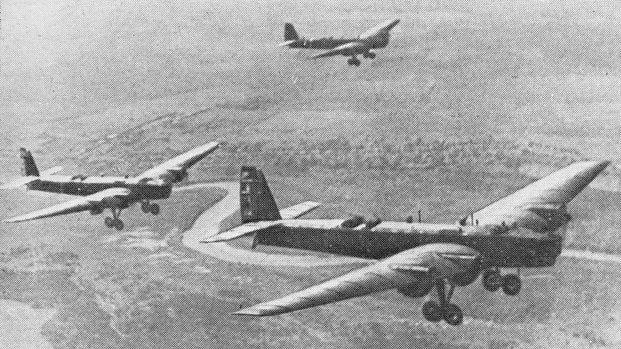 Советские летчики на ТБ-3, добровольно участвовавшие в национально-освободительной борьбы китайского народа против японских захватчиков 1938 год