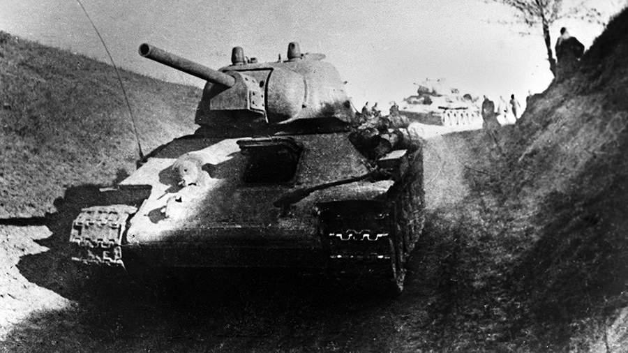 Танки Т-34 во время атаки на правом берегу Днепра