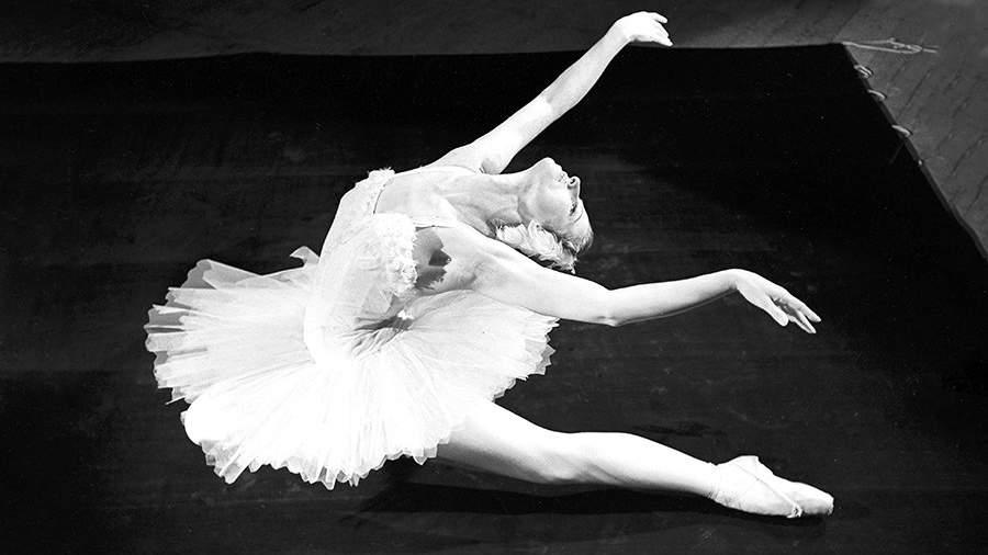 Прима-балерина Государственного академического Большого театра СССР, народная артистка СССР Майя Плисецкая исполняет хореографическую миниатюру «Умирающий лебедь» на музыку Сен-Санса