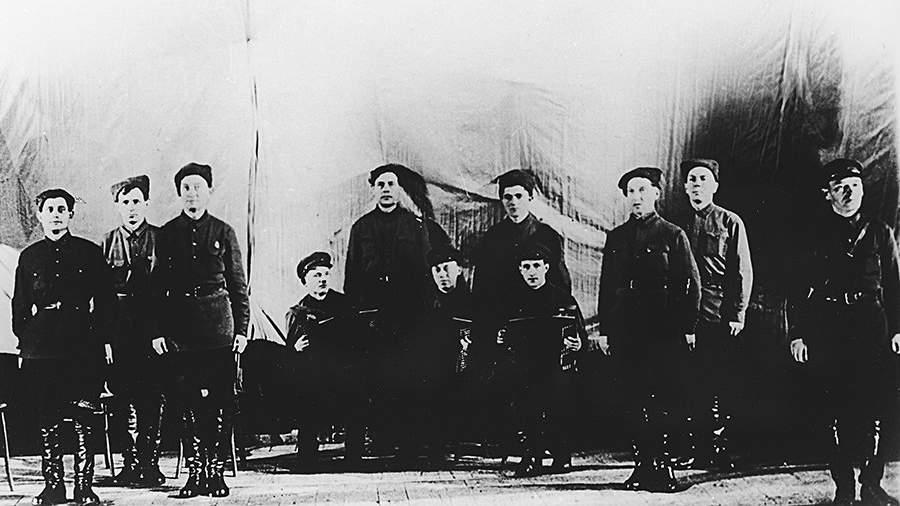 12 октября 1928 года состоялось первое выступление ансамбля в Центральном доме Красной армии