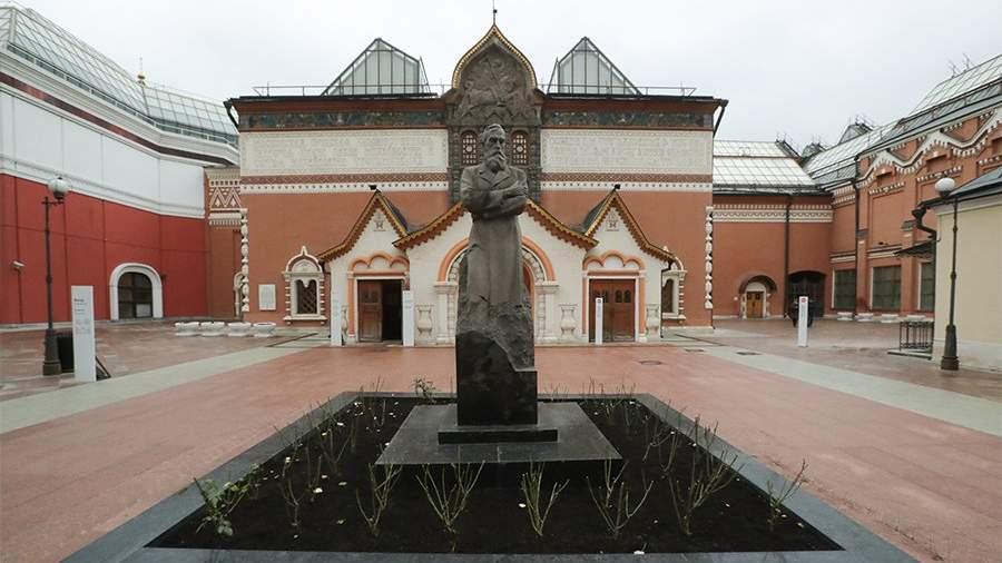 памятник Павлу Третьякову главным зданием Галереи