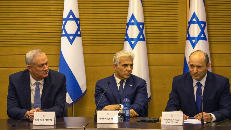 Лидер левой партии «Еш Атид» Яир Лапид (в центре) и лидер правой партии «Ямина» Нафтали Беннет (справа)