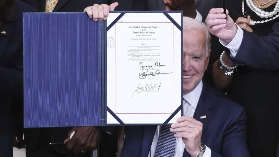 Президент США Джо Байдендержитподписанный закон о Дне национальной независимости 19 июня