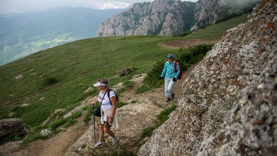 туристы на тропе в Крыму